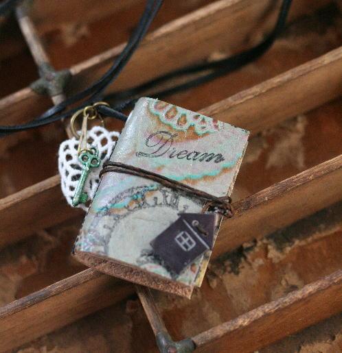 革で作ったMINIBOOKのネックレス
